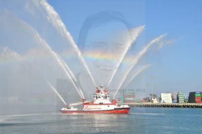 """Die einen sehen das """"Fireship No. II"""" bei einer eindrucksvollen Demonstration seiner Kraft. Die anderen """"Wasserballett"""" der anderen Art. (c) Ulrich Pfaffenberger"""