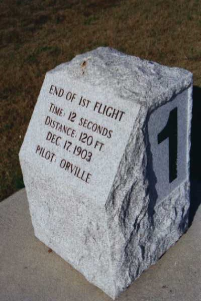 """End of first flight"" - ein kleiner Markstein erinnert an den Punkt, an dem Orville Wright den Flyer am 17. Dezember 1903 nach 12 Sekunden landete. (c) Ulrich Pfaffenberger"