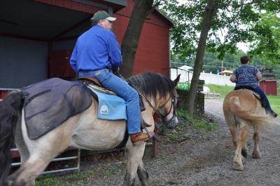 """Ausritt aufs Schlachtfeld mit symbolischem Hintergrund: Alle Pferde, die im Stall stehen, haben, sind """"rescue horses"""", also Tiere, die vor dem Pferdemetzger gerettet wurden. (c) Ulrich Pfaffenberger"""